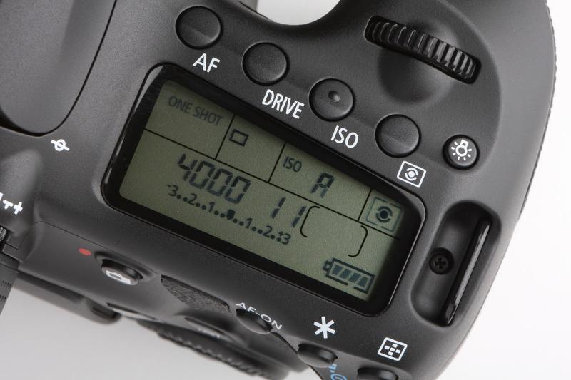 <b>表示パネルに沿って並ぶボタンは、照明ボタンを除き4つ。EOS 50Dまでは2つずつ機能が割り当てられていたが、EOS 60Dでは1つとなる。表示パネルの形状は長方形から変形タイプとなる</b>