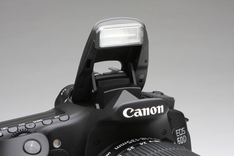 <b>内蔵ストロボのガイドナンバーは13(ISO100・m)。焦点距離17mm相当の画角をカバーする。ワイヤレスマスター機能を装備</b>