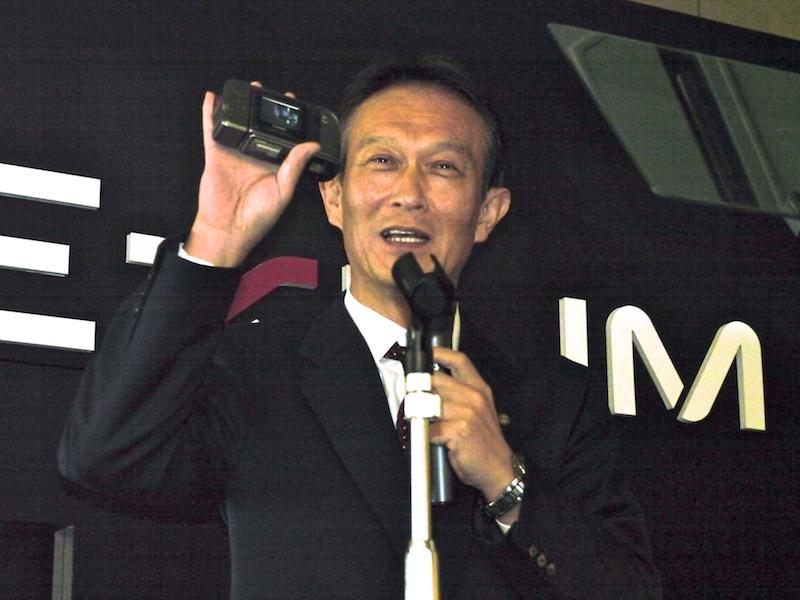 <b>QV-10を手に持つ常務取締役の樫尾彰氏</b>