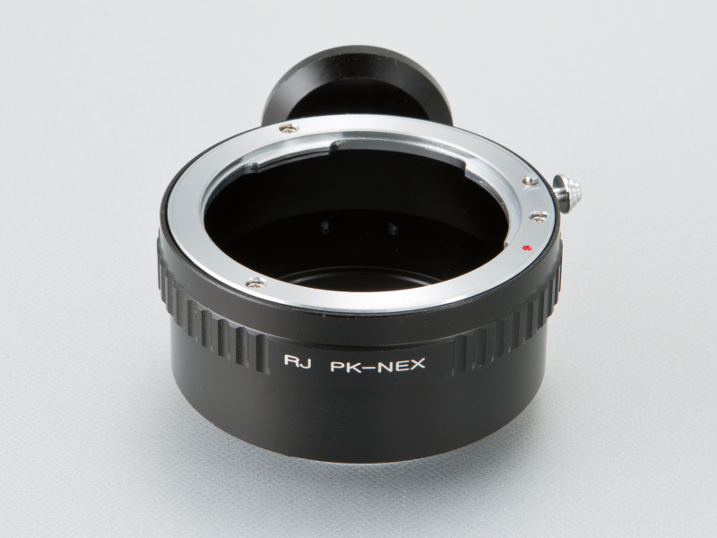 <b>muk selectのNEX用ペンタックスKマウントアダプターはRJ Camera製だ。価格は7,500円</b>