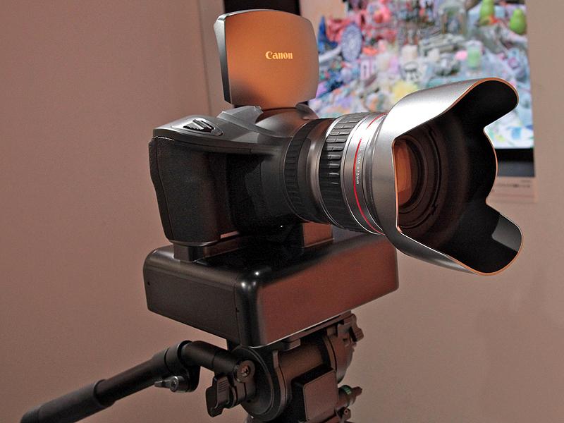 <b>マルチパーパスカメラ。カメラ下のボックスには冷却用ファンや画像のインターフェースなどが収まっている</b>