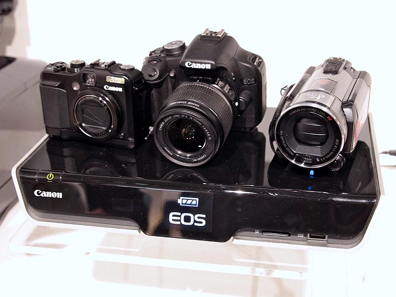 <b>クロスメディアステーションにカメラを載せたところ</b>