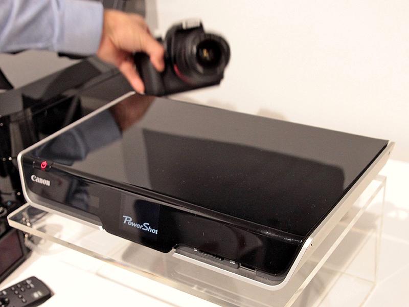 <b>カメラを置く前はクロスメディアステーションの電源が切れているが、カメラを載せると自動的に電源が入り充電と画像の転送を開始する</b>