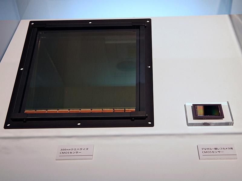<b>世界最大のCMOSセンサー(左)と35mmフルサイズのCMOSセンサー(右)</b>