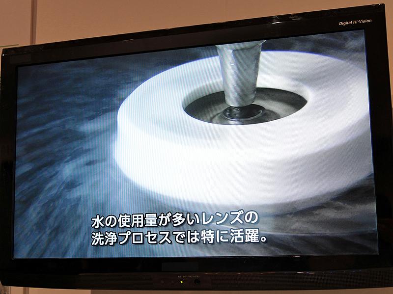 <b>工場内における水のリサイクルは、レンズの製造で効果が高いという</b>