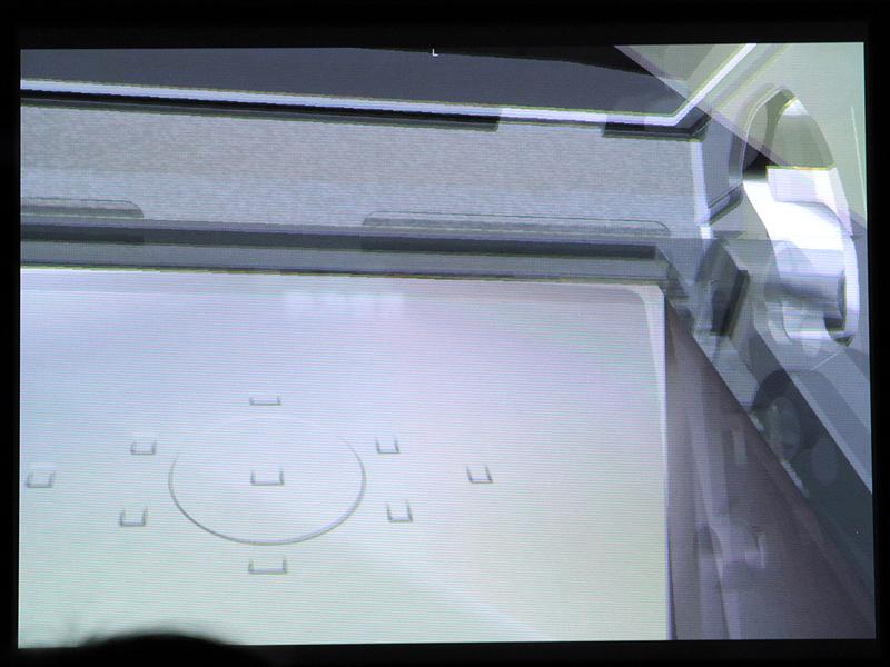 <b>見上げるとそれに合わせてミラーボックスの上が見える</b>