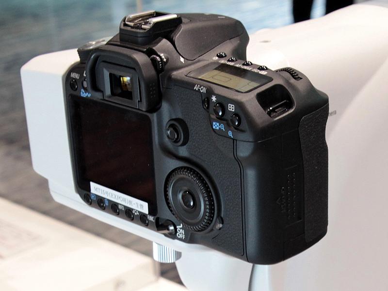 <b>EOS 60Dをベースにした「専用デジタルカメラユニット」を装着している</b>