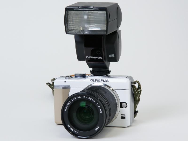 <b>E-PL1にM.ZUIKO DIGITAL ED 14-150mm F4-5.6とFL-36Rを装着したところ</b>