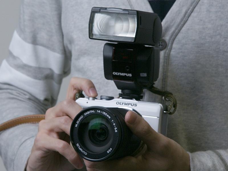 <b>見た目のサイズ感は小型のデジタル一眼レフカメラに近くなる</b>