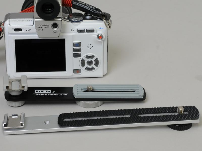 <b>購入したLEDライト用ブラケット2品。奥がLPLの「UB-90」、手前がエツミの「ストレートブラケット」(E-194)</b>