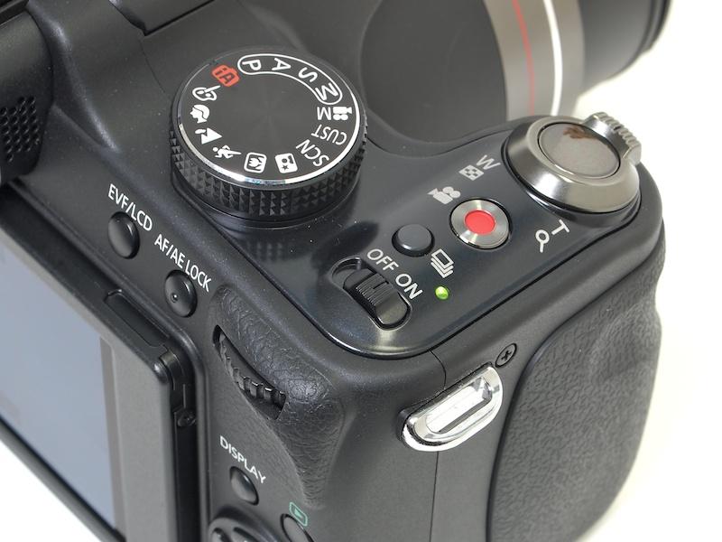 <b>右手側上部の操作部。動画ボタンを備える。電源スイッチはスライド式</b>