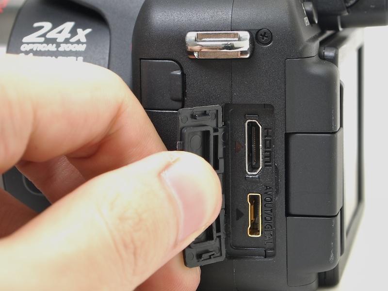 <b>HDMI端子(上)とDIGITAL/AV OUT端子(下)。</b>