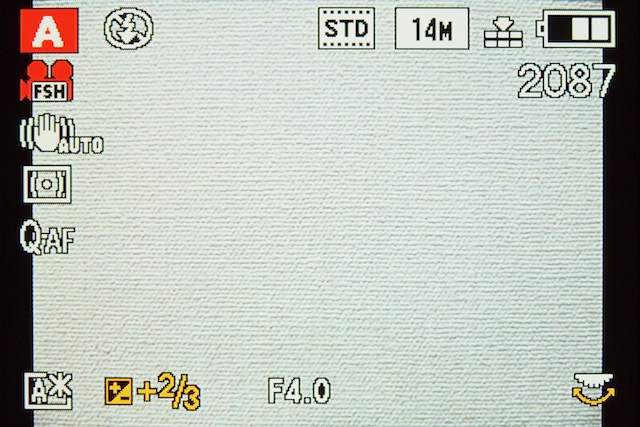 <b>露出補正の方法は2通り。後ダイヤルの押し込み操作で、左下の露出補正のアイコンの色が変わったら、後ダイヤルを回転させて補正値を設定させる。または4方向ボタン上から露出補正表示(露出スケール)表示させて、左右ボタンで補正値を設定する</b>