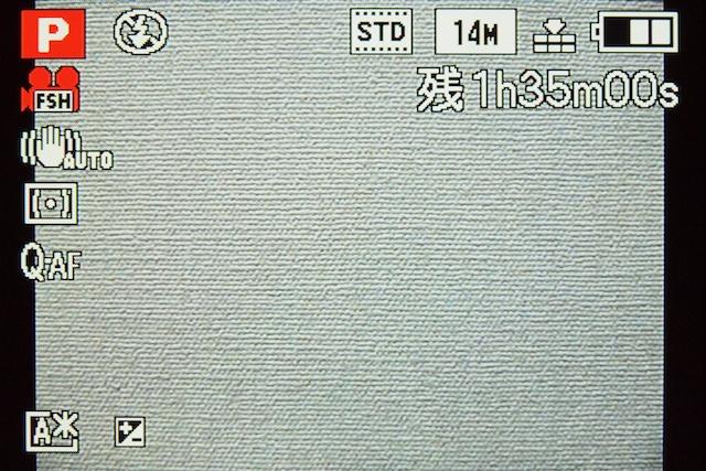<b>静止画の撮影可能枚数(左)と動画の撮影可能時間(右)の表示切換えは、セットアップメニュー内の「残量表示切換」でおこなう。DMC-FX700のようにDISPLAYボタン操作で切換わればイイのに</b>