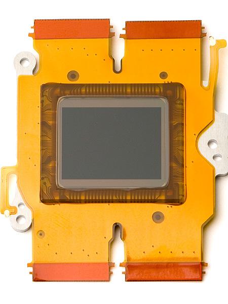 <b>E-5は、撮像素子直前にあるローパスフィルター(左)のパワーを弱めることで解像力を上げた「ファインディテール処理」を初搭載。モアレなどに関しては、新開発の画像処理エンジン「TruePic V+」(右)で軽減する仕組み</b>