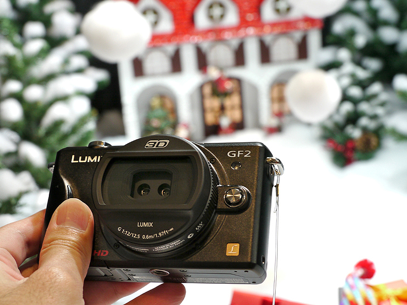 <b>DMC-GF2に装着した3D撮影レンズ「LUMIX G 12.5mm F12」</b>
