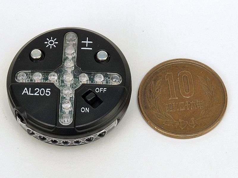 <b>直径は33mmと小さいが、コンパクトデジタルカメラなどは横にあるポップアップストロボと干渉する機種もある。今回試したシグマ「DP1x」はぶつかってしまった。底面はアクセサリーシューに装着できる形状になっている</b>