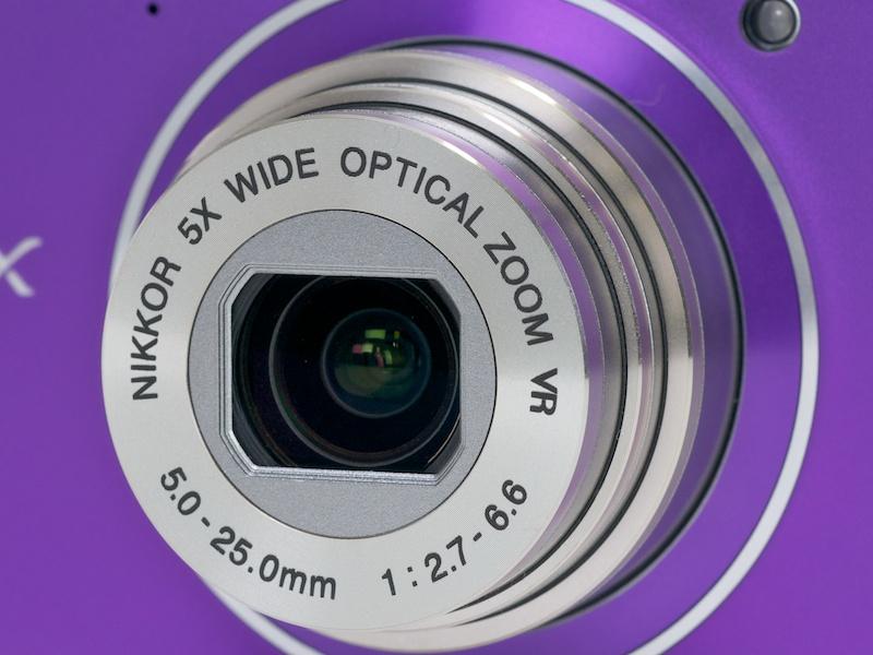 <b>レンズは焦点距離約28-140mm相当(35mm判換算)F2.7-6.6の光学5倍ズーム。NIKKOR銘を冠する</b>