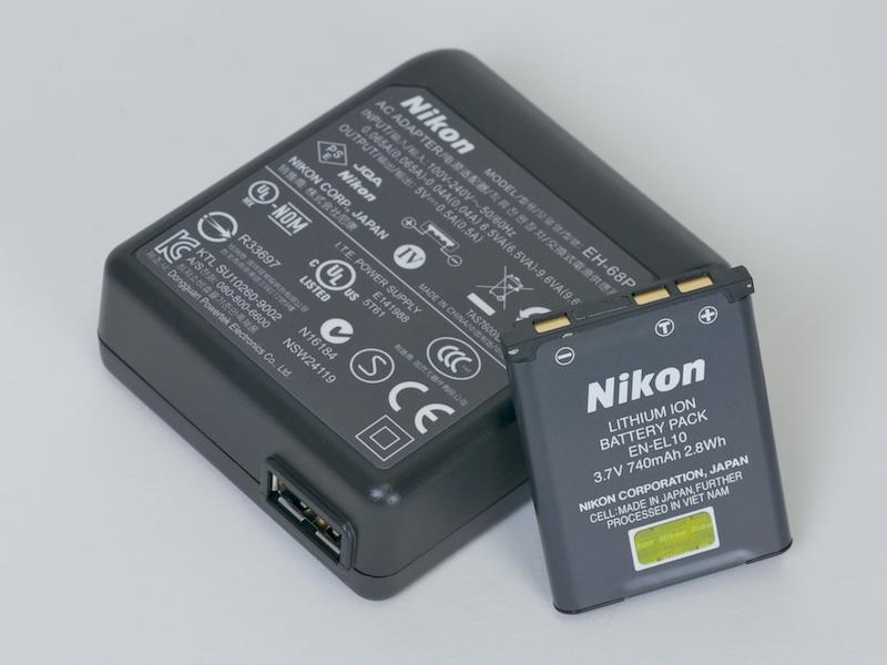 <b>USB給電対応のコンセント差し込みプラグが付属する。パソコンからの給電にももちろん対応</b>