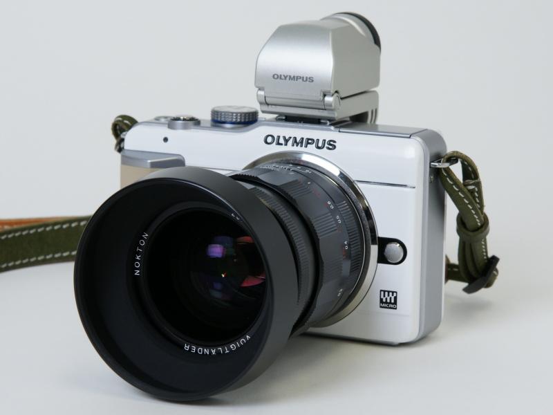 <b>NOKTON 25mm F0.95とVF-2を装着したE-PL1。見た目は大げさだが、気に入っているのでやめられない</b>