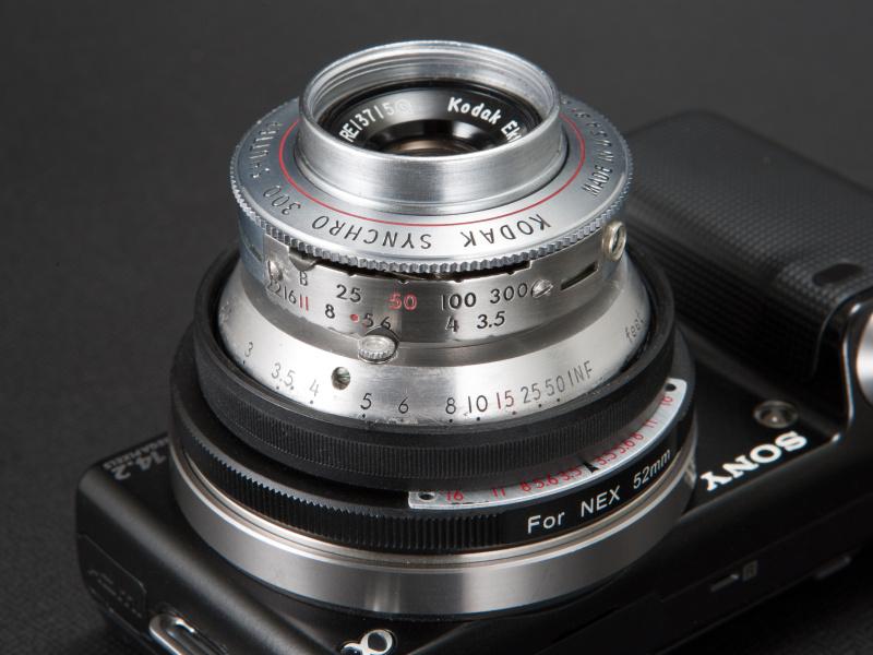 <b>絞りは側面のレバーで調節する。レンズシャッター搭載機だが、これは改造時に無効化してある</b>