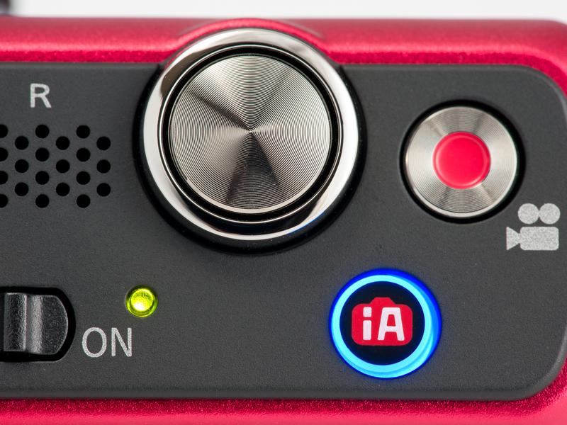 <b>上面のボタンを押すとどのモードからでも「おまかせiA」に切り替えられる。青く光るのはわかりやすいけど、ちょっと目立ちすぎ。</b>