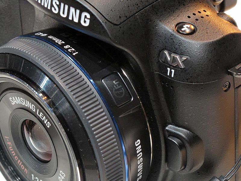 <b>レンズ鏡胴にiFnボタンがある。押した後にリングを回すとパラメーターが変化する。iFnボタンを押すたびにパラメーターの種類が循環する</b>