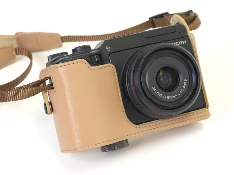 <b>GXR+GR LENS A12 28mm F2.5に、本革ソフトケースSC-65Bを装着した状態。ストラップもSC-65Bに付属しているものだ</b>