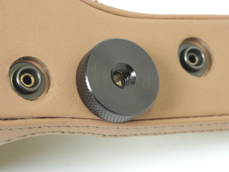 <b>底面の三脚ネジ穴パーツがうれしい。雲台につけたままカメラユニットを交換できるようになる</b>