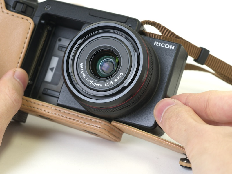 <b>側面を倒しすことでカメラユニットが交換できる。引っかかりもなくスムーズに着脱できた</b>