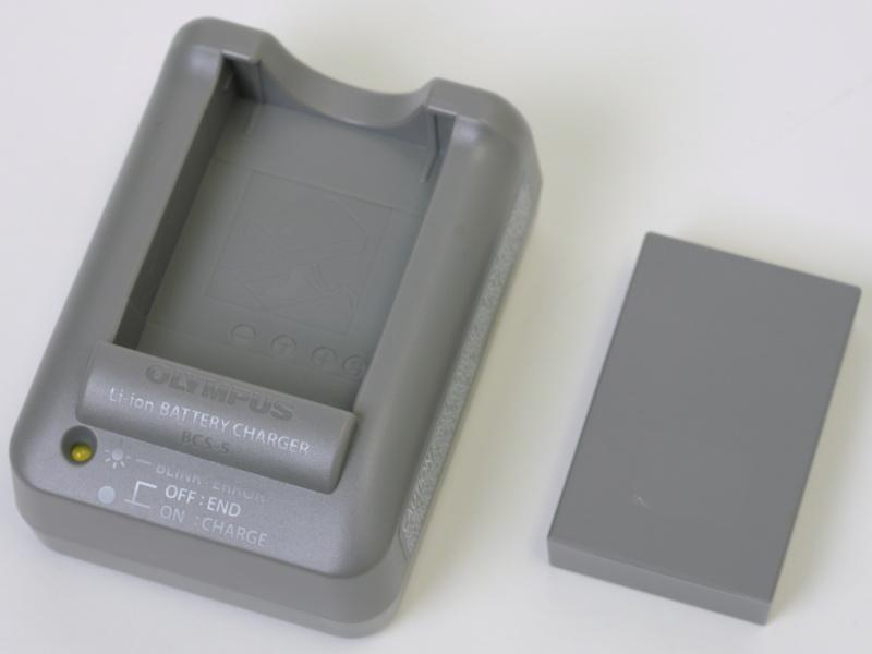 <b>充電器とバッテリー「BLS-5」は電気用品安全法の新安全基準に対応したモデル。BLS-5はE-PL1などの「BLS-1」対応機種でも使用可能</b>