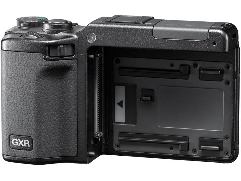 <b>GXR用レンズマウントユニットを装着するGXRボディ</b>