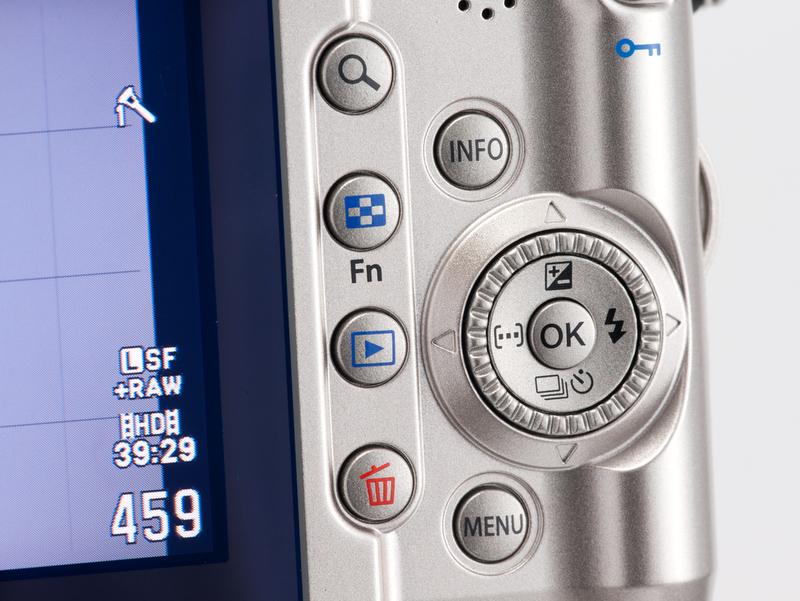 <b>背面右手側の操作部。ボタンの形が変わったこともあるが、十字ボタン外周にコントロールダイヤルが装備されたのが大きな変更点</b>
