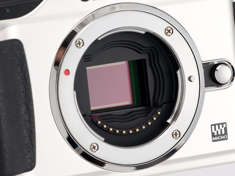 <b>撮像素子は有効1,200万画素のLive MOS。もちろん、ゴミ取り用のSSWFとセンサーシフト式の手ブレ補正機構を内蔵している</b>