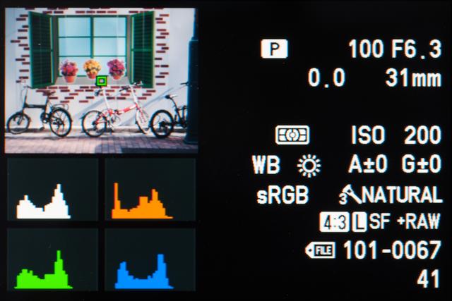 <b>再生時の「総合表示」。いろいろな撮影データに加えて、RGBと輝度のヒストグラムが見られる。白とびや黒つぶれの警告も出る</b>