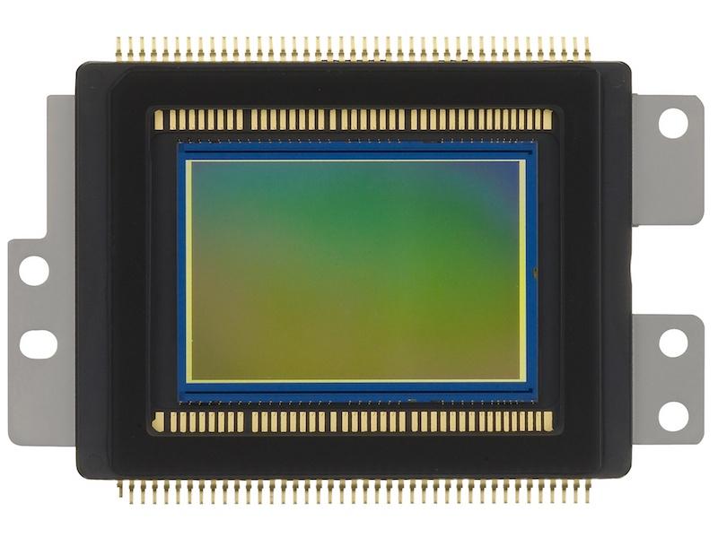 <b>撮像素子は有効1,800万画素のCMOSセンサー。サイズはAPS-C相当</b>