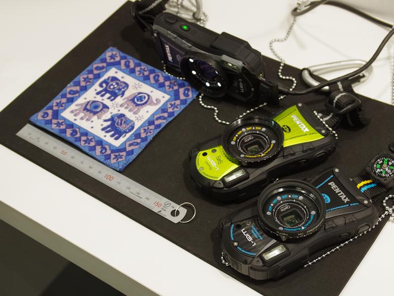 <b>Optio WG-1 GPSの展示は、細かい模様の布製コースターでマクロ撮影を試せる</b>