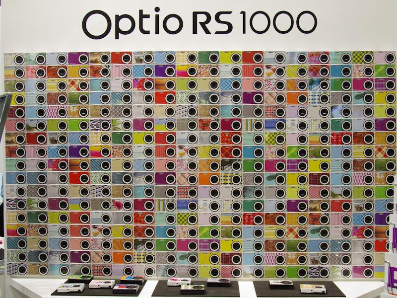 <b>さまざまな着せ替えパターンを提案するOptio RS1000の展示</b>