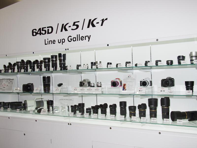 <b>現行のペンタックス製デジタル一眼レフカメラと交換レンズを一堂に展示</b>