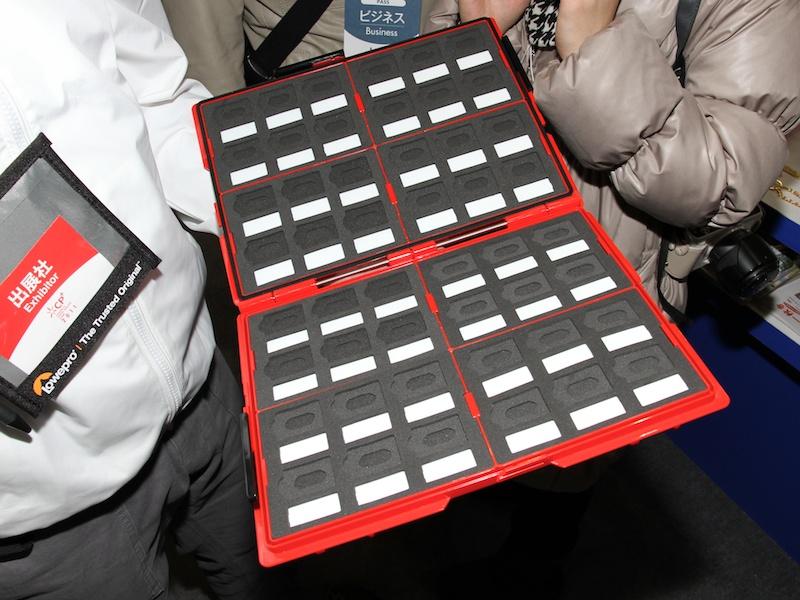 <b>各メディア収納部の隣には、ラベルライターのテープ幅を意識したメモスペースを用意。ホワイトボードのようにペンで書き込むこともできるという</b>