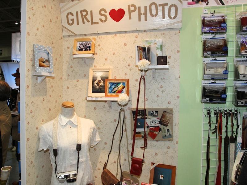 <b>GIRLS PHOTOコーナーを用意。カメラストラップの質感を実際に確かめる女性来場者の姿を多く見かけた</b>