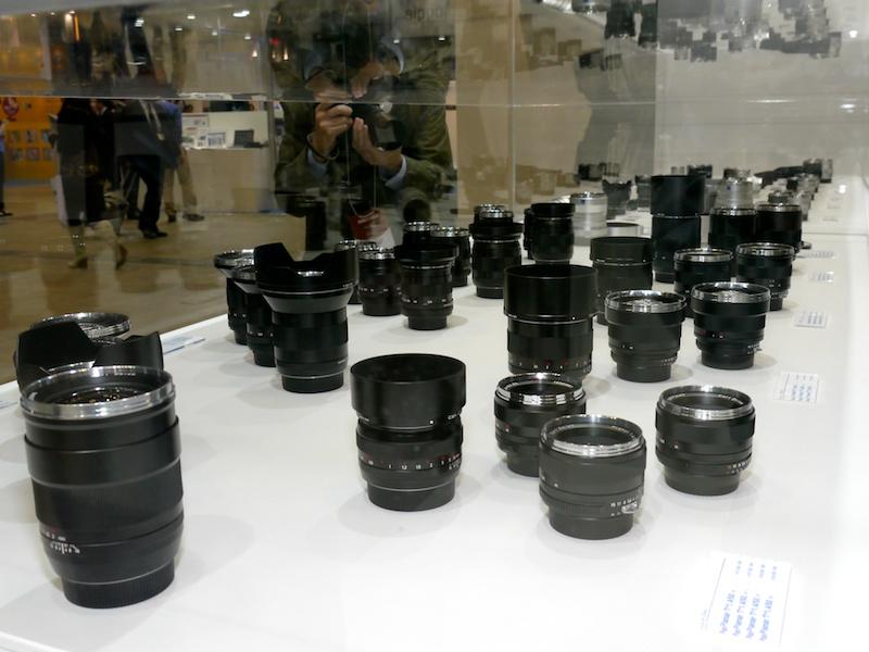 <b>コシナブース内のカールツァイスコーナー。ZF.2やZEなど一眼レフカメラ用や、ライカMマウント互換のZM製品を展示。白で統一されたイメージ</b>