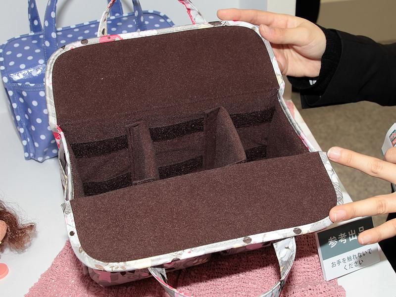 <b>内部の仕切りは移動可能。ほかのバッグのインナーバッグとしての利用を想定しているが、このままで使うこともできる。模様はさらに種類を増やしていきたいとのこと</b>