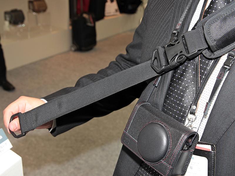 <b>ストラップを引くと長さを瞬時に短くでき、バッグを体に密着させることができる。ストラップは取り外し可能で、左右を入れ替えると左利きのユーザーでも問題なく使える</b>