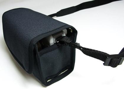 <b>メーカー製ストラップなどを装着したまま使用できる</b>