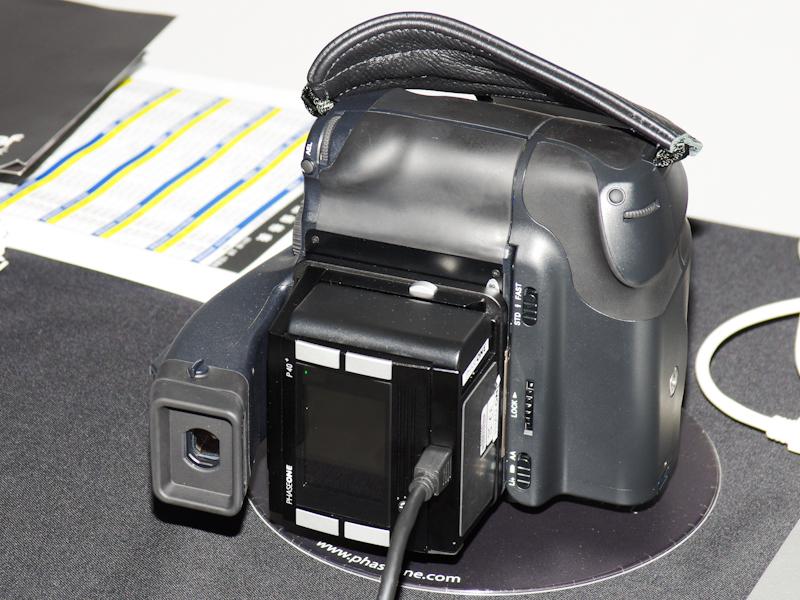 <b>DNPフォトルシオは縦位置グリップ付き645DFにデジタルバック「P40+」を装着</b>