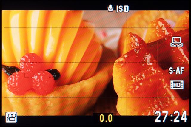 <b>こちらは動画モードの画面。静止画モードよりも画角が狭くなっているのがわかる。電子式手ブレ補正に周辺部を食われているせいだ</b>