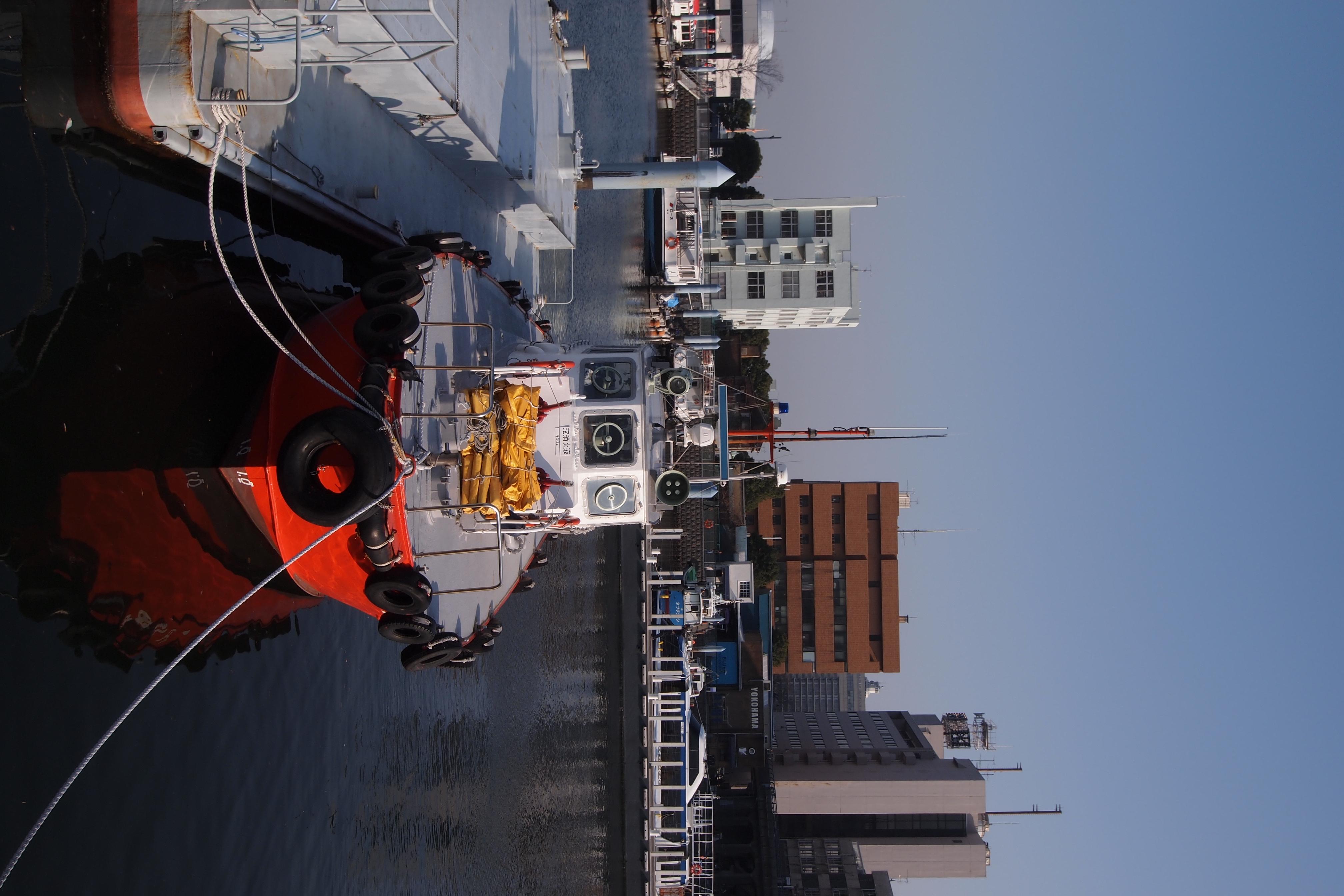 <b>大桟橋ふ頭の近くにある象の鼻パークに隣接している船着き場で撮った1コマ。船体の赤が鮮やか。E-PL2 / M.ZUIKO DIGITAL ED 9-18mm F4-5.6 / 4,032×2,688 / 1/640秒 / F8 / -0.3EV / ISO200 / WB:太陽光 / 18mm</b>