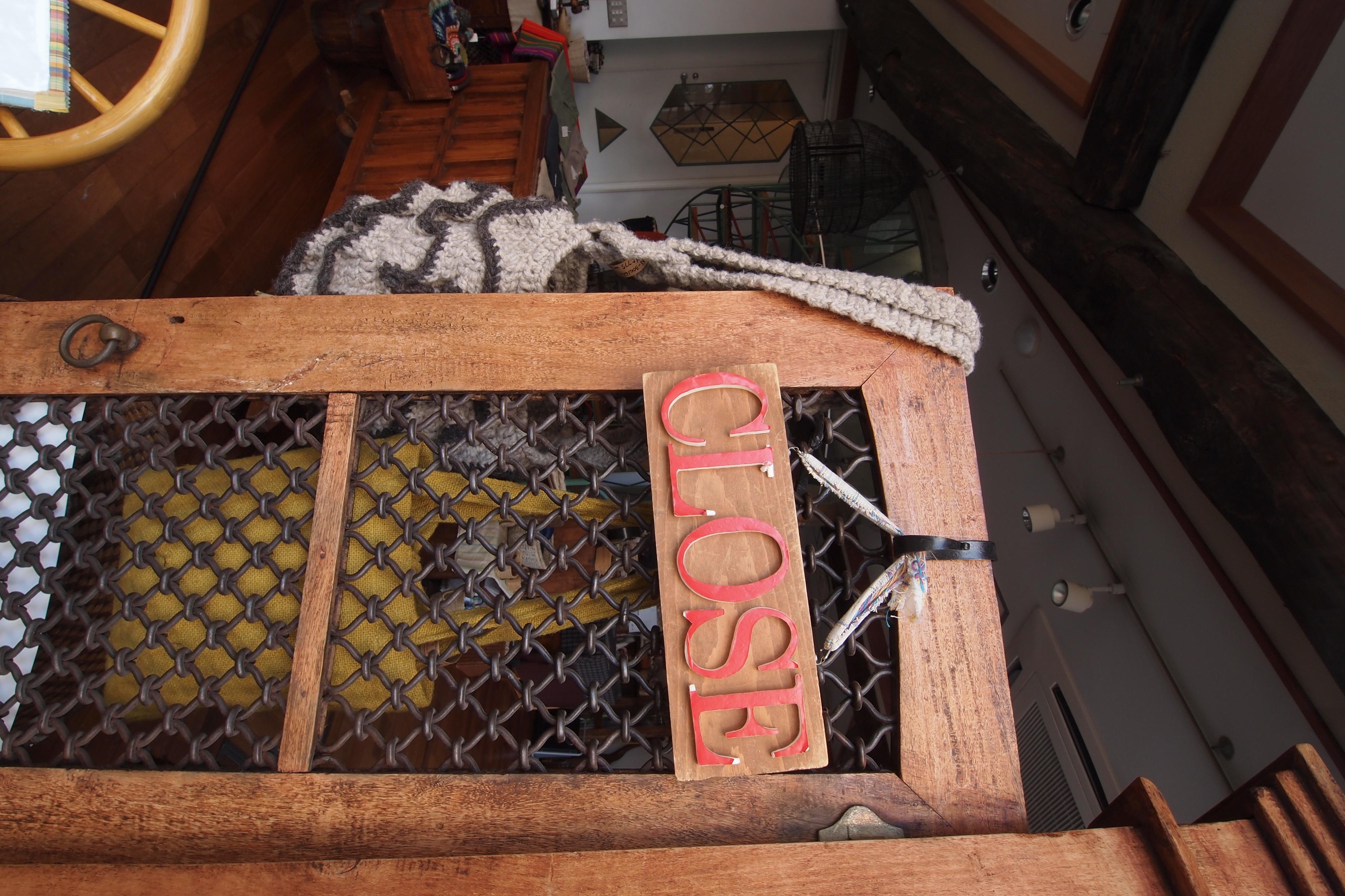 <b>写り込みを避けるためにドアのガラスにフードを押しつけるようにして撮った。おかげで手ブレも防げた。E-PL2 / M.ZUIKO DIGITAL ED 9-18mm F4-5.6 / 4,032×2,688 / 1/13秒 / F8 / 0EV / ISO200 / WB:太陽光 / 9mm</b>