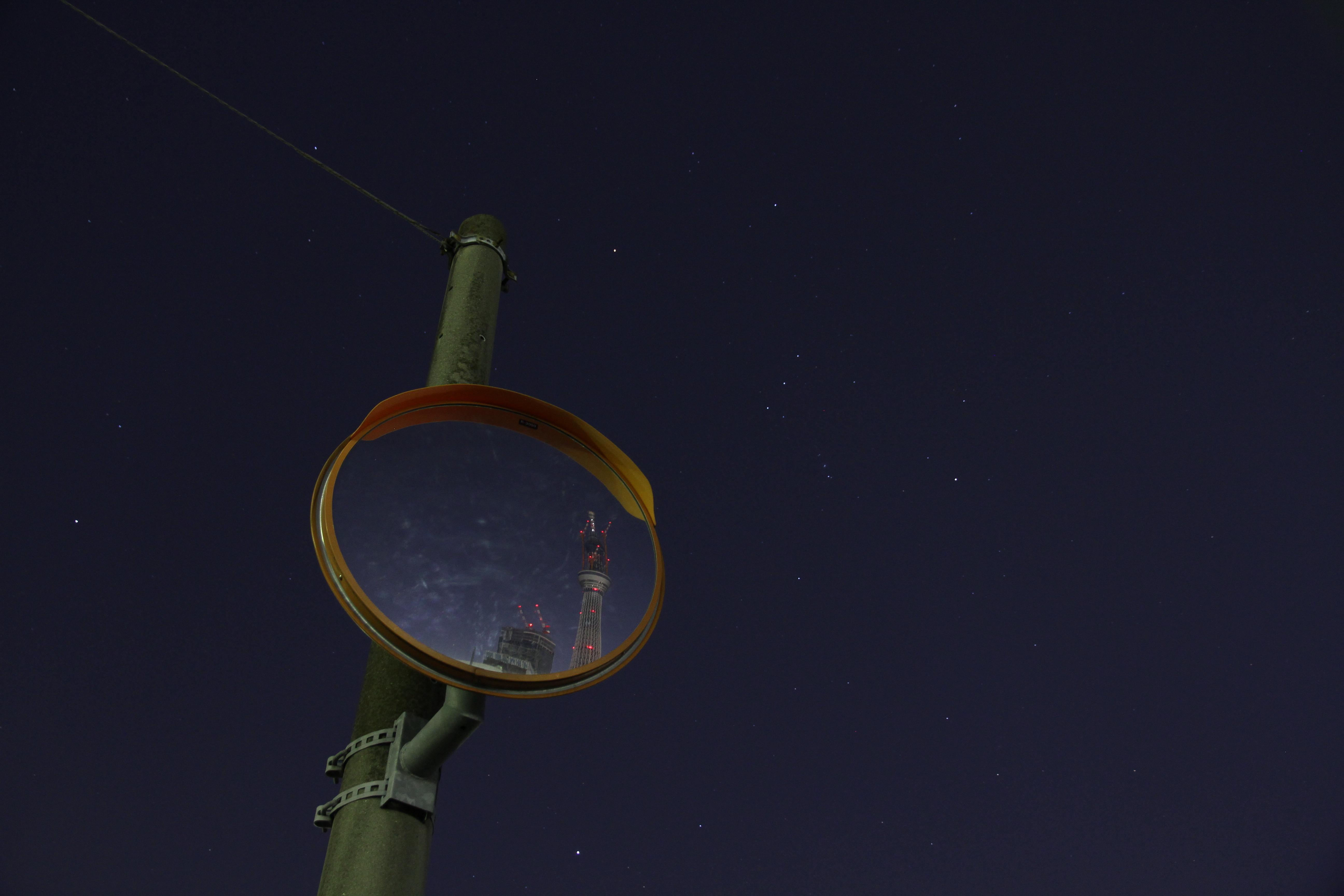 <b>比較的知られた撮影場所だと思う。十間橋の付近にあるミラー(ツリーに向かって川の右側の道路)にちょうど東京スカイツリーが写るが、少し広めに撮り天気の良い星空も入れてみた。EOS 7D / EF-S 15-85mm F3.5-5.6 IS USM / 5,184×3,456 / 2秒 / F4.5 / -2EV / ISO800 / 絞り優先 / WB:オート / 21mm / 19:56</b>
